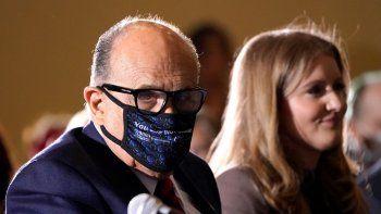 Rudy Giuliani, abogado personal del presidente Donald Trump, usa una mascarilla para protegerse del coronavirus tras hablar el miércoles 25 de noviembre de 2020 en una audiencia del Comité de Políticas de la Mayoría en el Senado del Estado de Pensilvania, en Gettysburg, Pensilvania.