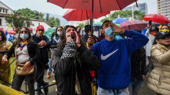 Manifestantes participan en una protesta contra el gobierno del presidente de Colombia, Iván Duque, frente a un hotel donde la Comisión Interamericana de Derechos Humanos está evaluando si hubo abusos por parte de la fuerza pública durante las protestas anteriores, en Bogotá el 9 de junio de 2021.