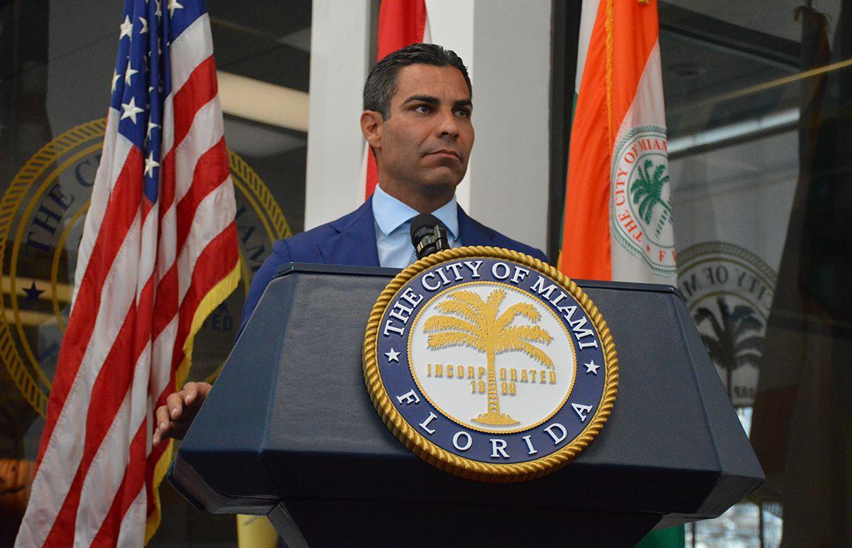Alcalde de Miami, Francis Suárez, durante conferencia de prensa.