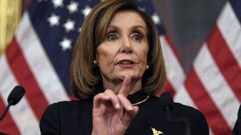 La presidenta de la Cámara de Representantes, la demócrata Nancy Pelosi, hace declaraciones ante en el Capitolio en Washington, el miércoles 18 de diciembre de 2019, después de que la cámara baja aprobara someter al presidente Donald Trump a juicio político por dos cargos: abuso del poder y obstrucción al Congreso.