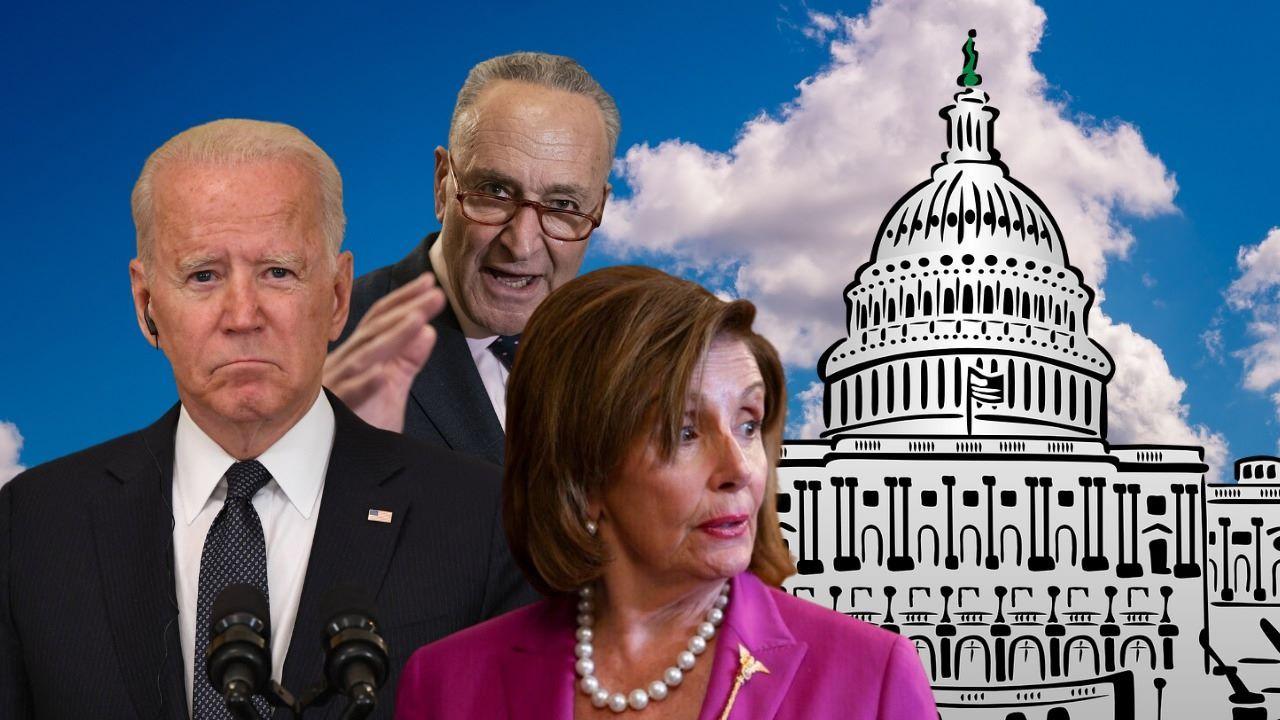 El presidente Joe Biden, la presidenta de la Cámara de Representantes Nancy Pelosi, junto al líder de la mayoría en el Senado, Chuck Schumer.