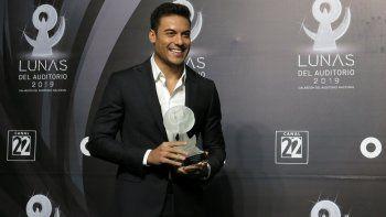 En esta fotografía de archivo del 30 de octubre del año 2019 el cantante mexicano Carlos Rivera posa con su premio a mejor espectáculo de balada en los premios Lunas del Auditorio en el Auditorio Nacional de la Ciudad de México en la Ciudad de México.