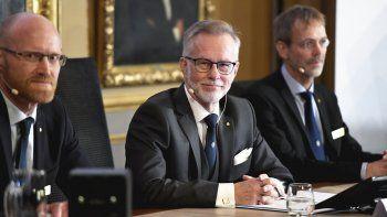 El secretario general de la Academia Sueca de Ciencias, Goran K Hansson, en el centro, y los académicos Peter Fredriksson, a la izquierda, y Jakob Svensson anuncian los ganadores del Nobel de Economía durante una rueda de prensa en la Academia Sueca de Ciencias en Estocolmo, Suecia, el lunes 14 de octubre de 2019.