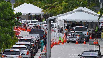 Largas colas de conductores que esperan en sus vehículos poder realizarse el test del coronavirus en uno de los centros en Miami Beach, el 22 de julio de 2020.