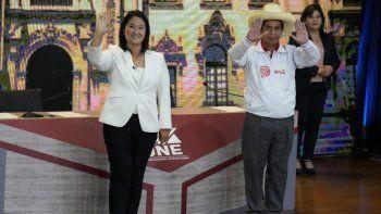 Los candidatos presidenciales peruanos, Keiko Fujimori y Pedro Castillo, saludan al final del último debate televisado en Arequipa el 30 de mayo de 2021, antes de la segunda vuelta de las elecciones del 6 de junio.