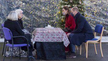 Los duques de Cambridge, el príncipe William y la princesa Kate Middleton, hablan con Agnes Poipe y su hija Angela Sykes durante una visita a Cleve Court Care Home en Bath, en el suroeste de Inglaterra para rendir homenaje al personal de los hogares de cuidados durante la pandemia del COVID-19, el 8 de diciembre de 2020.