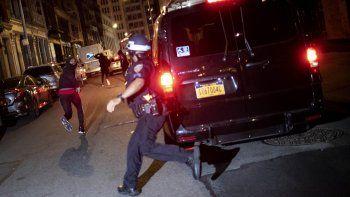 En esta foto de archivo del 1 de junio de 2020, un manifestante huye perseguido por la policía en Nueva York. El video aterrador de un agente de policía de Chicago que mata de un tiro a un chico de 13 años vuelve a echar luz sobre los criterios que rigen las persecuciones a pie.