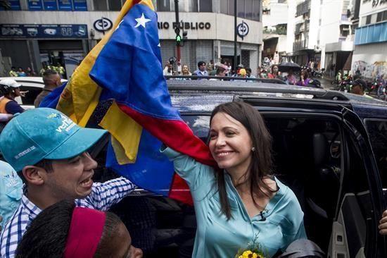 La exdiputada de la Asamblea Nacional (AN) venezolana MaríaCorinaMachadosaluda a seguidores en las inmediaciones al Ministerio Público luego de retirarse del recinto el 3 de diciembre