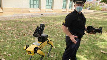 El teniente de la policía de Honolulu, Joseph ONeal, demuestra un perro robot en Honolulu, 14 de mayo de 2021. Los agentes que utilizan de manera experimental las máquinas de cuatro patas dicen que son una herramienta más, como los drones, para evitar que los socorristas corran peligro en situaciones de emergencia.