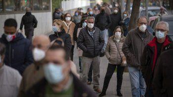 Personas formadas a las afueras de una clínica pública a la espera de recibir una dosis de la vacuna de AstraZeneca contra el coronavirus, el martes 6 de abril de 2021, en Barcelona.