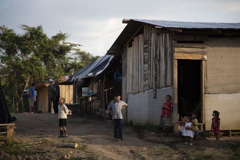 Hijos de refugiados nicaragüenses observan un drone que sobrevuela una comunidad de refugiados que cultivan tierras en Upala