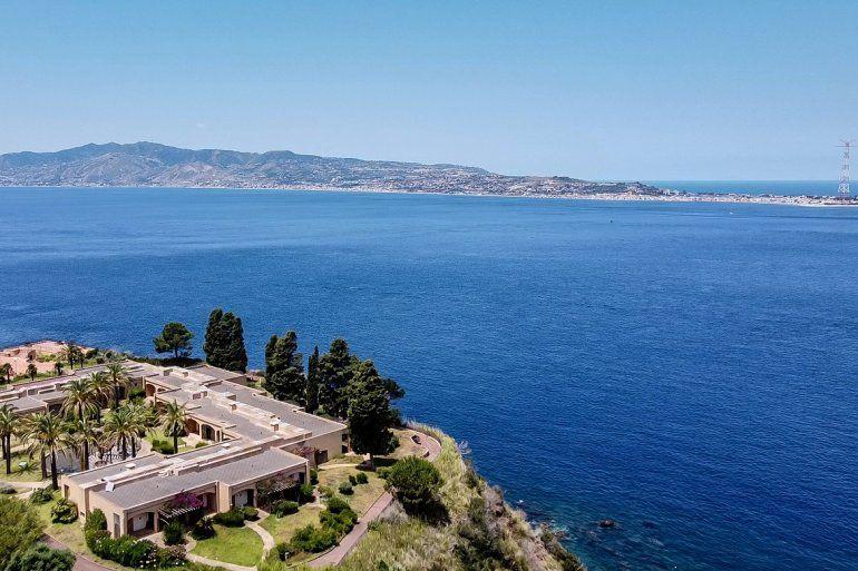 Una vista aérea general muestra la costa siciliana hacia el cabo Torre Faro