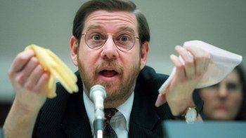 Fotografía de archivo del 15 de noviembre de 1995 del entonces comisionado de la Administración de Alimentos y Medicamentos (FDA por sus siglas en inglés) David Kessler durante una comparecencia en el Capitolio, en Washington, D.C.
