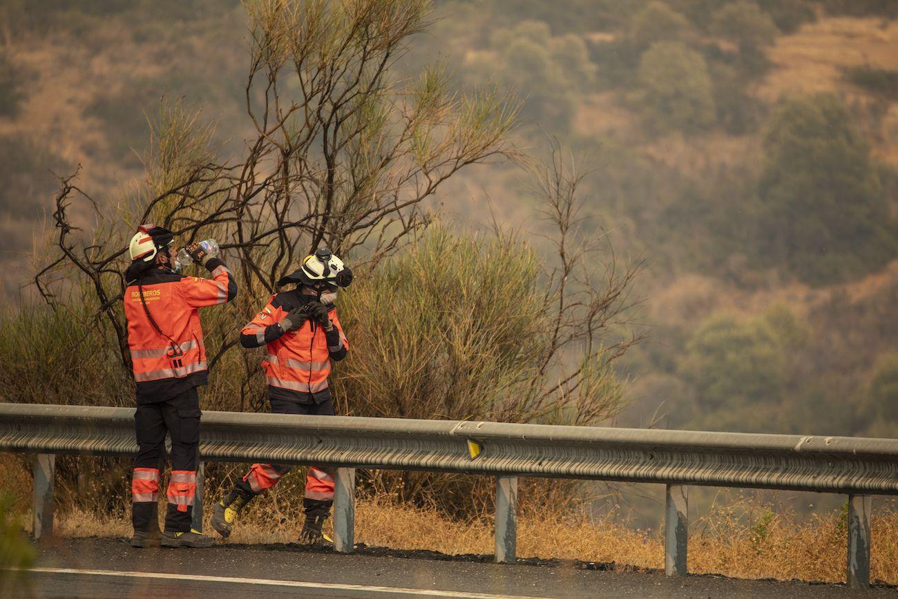 Bomberos trabajan en un incendio forestal en Estepona, España, el jueves 9 de septiembre de 2021.