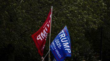 Simpatizantes por Trump sacan banderas este domingo mientras él se dirige a su club de golf, Trump National, el 30 de agosto de 2020 en Sterling, Virginia.