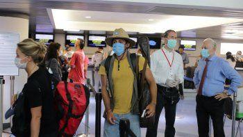 Unos 160 ciudadanos de la Unión Europea, en su mayoría franceses, esperan para abordar un avión con destino a París en el aeropuerto Augusto C. Sandino en Managua, el 3 de abril de 2020, en medio del brote de COVID-19.
