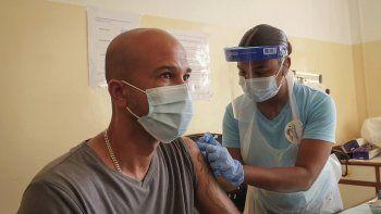 Un paciente recibe la vacuna contra el coronavirus desarrollada por AstraZeneca y producida por el Instituto Serum de la India, en Victoria, Seychelles, el miércoles 24 de febrero de 2021.