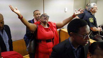 Fotografía del 1 de octubre de 2019 de Allison Jean, la madre de Botham Jean, que extiende los brazos en señal de agradecimiento en la sala de una corte en Dallas, luego de que la expolicía Amber Guyger fuera hallada culpable del homicidio de su hijo.
