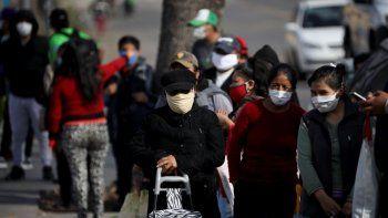 Personas hacen cola para recibir un plato de comida en un comedor de beneficencia durante un confinamiento ordenado por el gobierno para frenar la propagación del coronavirus en Buenos Aires, Argentina, el viernes 29 de mayo de 2020.