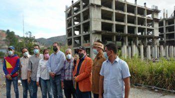 Diputados de la Asamblea Nacional (AN) legítima denuncian corrupción por parte del régimen de Nicolás Maduro en las obras inconclusas de un hospital en Caracas, Venezuela.