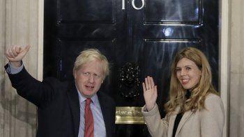 En imagen de archivo del 13 de diciembre de 2019, el primer ministro británico Boris Johson y su pareja, Carrie Symonds, saludan desde su residencia en 10 Downing Street en Londres.