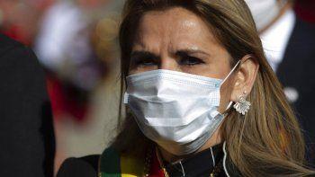 En esta fotografía de archivo del 6 de agosto de 2020, la presidenta interina de Bolivia Jeanine Áñez, con una mascarilla para protegerse del coronavirus, participa en un evento por el Día de la Independencia, en La Paz, Bolivia.