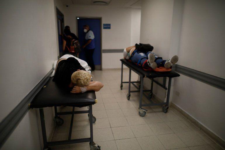 Pacientes yacen en camillas en un pasillo del área de emergencias del hospital Dr. Norberto Raúl Piacentini