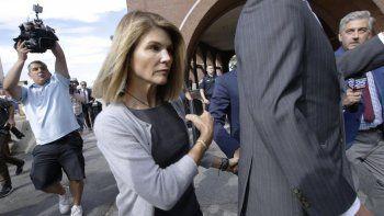 En esta foto del 27 de agosto de 2019, la actriz Lori Loughlin sale de una corte federal en Boston tras una audiencia por el escándalo de sobornos a universidades. Las autoridades dijeron que la actriz se reportó a una prisión federal de California para empezar a cumplir su sentencia de dos meses el viernes 30 de octubre del 2020.