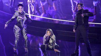 Ivy Queen, de izquierda a derecha, Nesi y Bad Bunny interpretan Yo Perreo Sola en los Billboard Music Awards el miércoles 14 de octubre de 2020 en el Dolby Theatre de Los Ángeles.