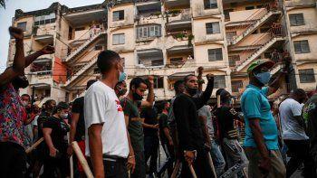 NOTICIA DE VENEZUELA  - Página 18 Represores-palos-agredir-al-pueblo-participan-una-manifestacion-apoyo-al-regimen-del-dictador-miguel-diaz-canel-el-municipio-arroyo-naranjo-la-habana-el-12-julio-2021-