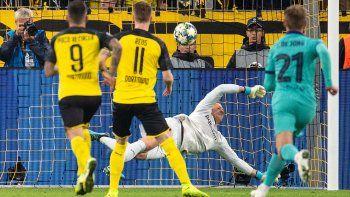 El guardameta blaugrana estuvo enorme en el uno contra uno, tapando cualquier hueco a un capitán del Borussia, Reus, que soñará con él. Le detuvo el penalti, le sacó dos mano a mano y anuló su peligro y el de Hazard, Sancho o Alcácer. Se reivindicó el alemán en su país, donde no es titular en la selección.