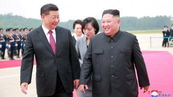 Fotografía cedida por la Agencia Central Norcoreana de Noticias (KCNA) que muestra al líder de Corea del Norte, Kim Jong-Un (der.), durante la bienvenida al presidente chino, Xi Jinping, en su visita de estado a Pyongyang.