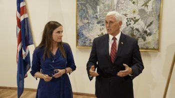Al término de su visita de siete horas a Islandia, el vicepresidente estadounidense Mike Pence se reúne con la primera ministra islandesa Katrin Jaoakobsdottir, en el aeropuerto de Kaflavik, el miércoles 4 de septiembre de 2019.