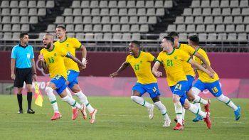 Los jugadores de Brasil celebran después de derrotar a México 4-1 en una tanda de penales y avanzar a la disputa del oro en el fútbol masculino de los Juegos Olímpicos