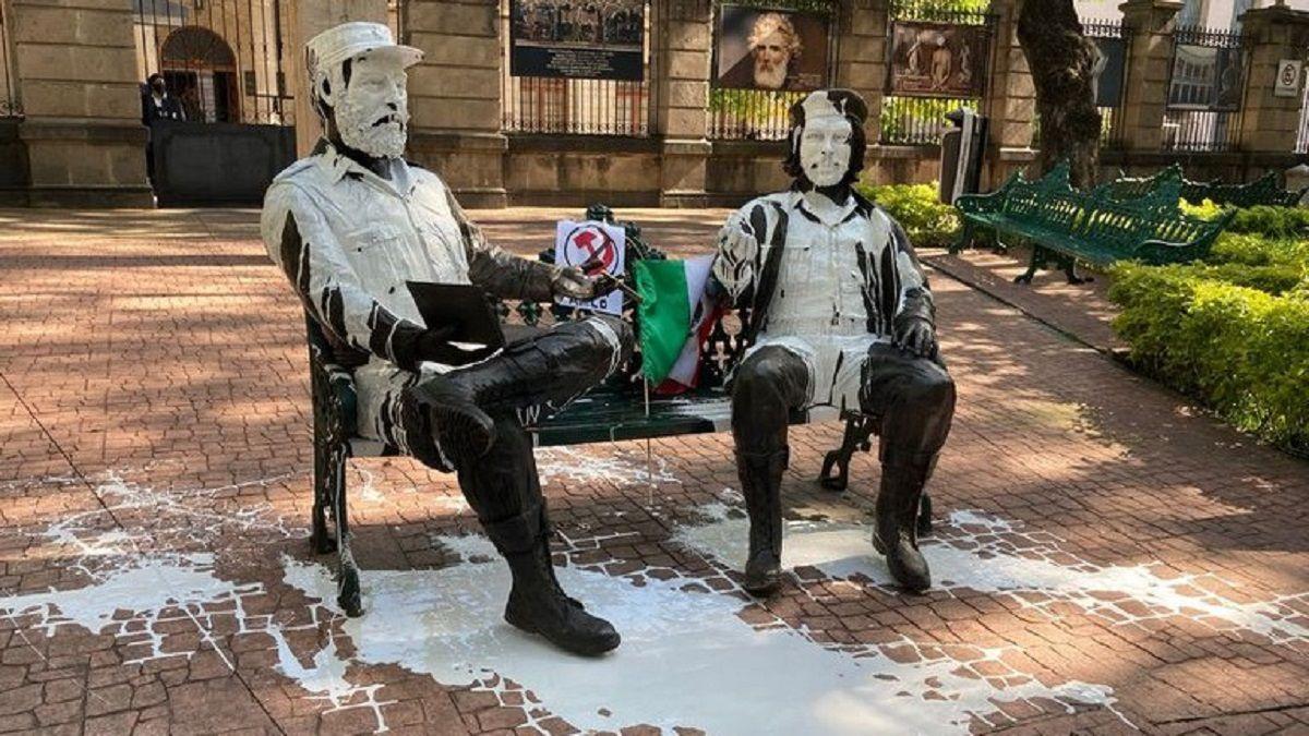 Derraman pintura sobre estatuas de Fidel Castro y Che Guevara como protesta