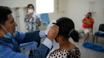 Un médico realiza terapia de acupuntura en una paciente de COVID-19 en recuperación en un centro de salud administrado por el gobierno en el barrio Coche de Caracas, Venezuela, el jueves 25 de febrero de 2021.