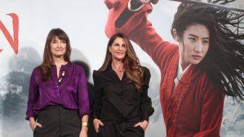 La directora de la película, Niki Caro (derecha) y la diseñadora de vestuario de la película, Bina Dailinger (izquierda), posan en el photocall de la presentación de Mulán, en el Hotel Santo Mauro de Madrid (España).