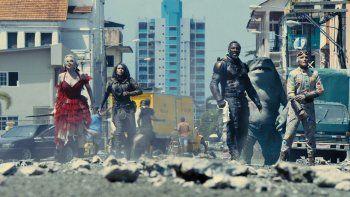 En esta imagen proporcionada por Warner Bros. Pictures, Margot Robbie, Daniela Melchior, Idris Elba y David Dastmalchian, de izquierda a derecha, en una escena de The Suicide Squad. El director James Gunn tenía su propia visión para una nueva entrega.