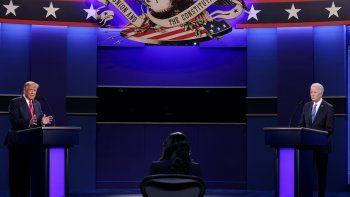 El presidente estadounidense Donald Trump (izq.) y el candidato presidencial demócrata y exvicepresidente Joe Biden participan en el debate presidencial final en la Universidad de Belmont en Nashville, Tennessee, el 22 de octubre de 2020.
