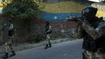 Miembros de la Fuerza de Acción de la Policía Nacional, FAES, unidad de comando de élite creada para por el régimen de Nicolás Maduro, patrullan el vecindario Antimano de Caracas, Venezuela, el martes 29 de enero de 2019.