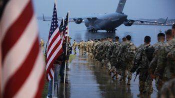 Fotografía del4 de enero de 2020de tropas de la 1ra Brigada de Combate de la 82da división aérea que se preparan para cargar una aeronave en Fort Bragg, Carolina del Norte, con dirección al área de operaciones del Comando Central de Estados Unidos.