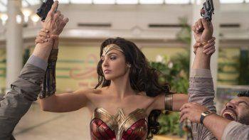 Una imagen proporcionada por Warner Bros. Pictures en la que Gal Gadot, en el papel de Wonder Woman, aparece en una escena de Wonder Woman 1984.Warner Bros. aplazó su próximo gran estreno.