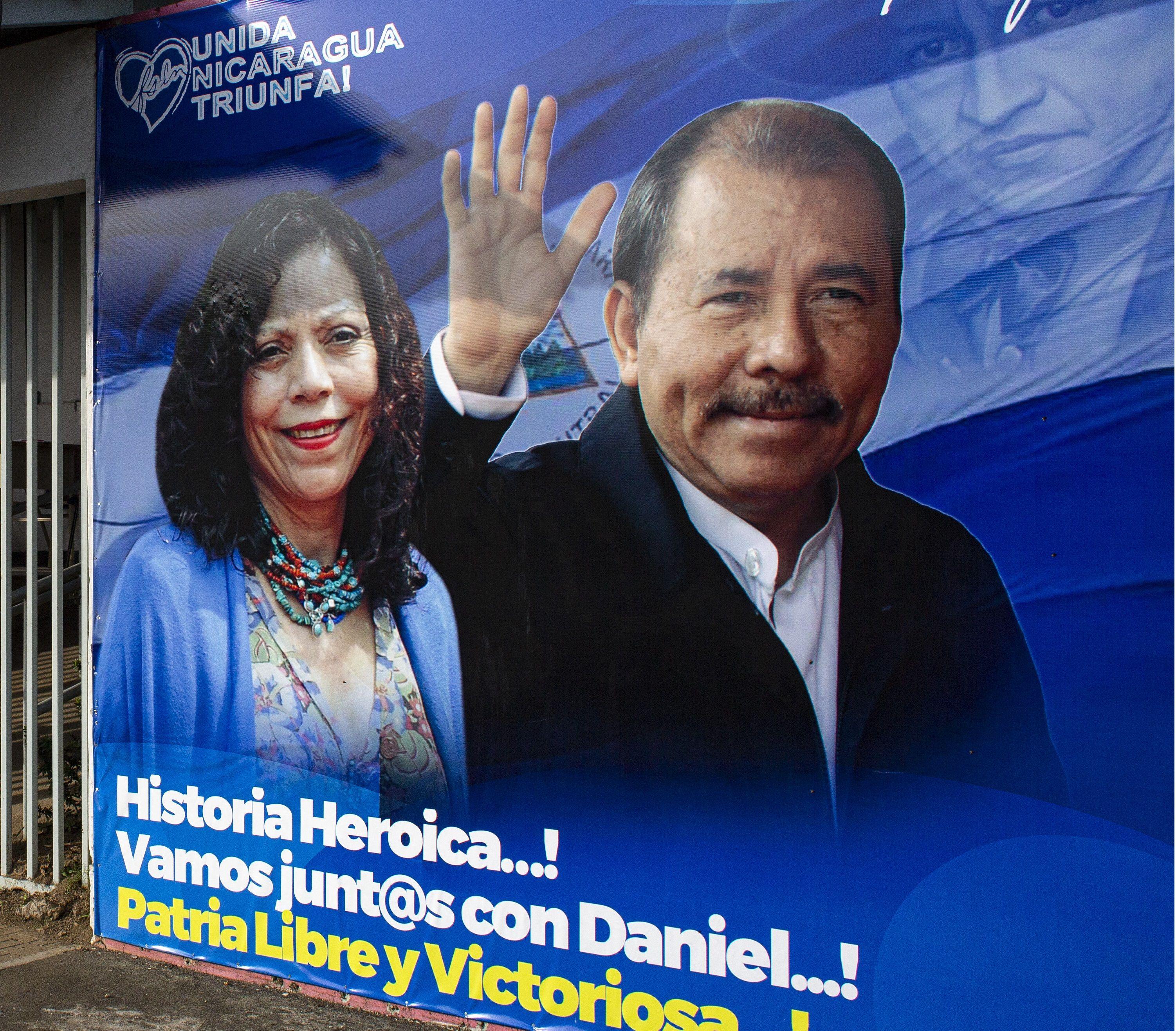 Una pancarta que promueve la candidatura del presidente de Nicaragua, Daniel Ortega, y su esposa y compañera de fórmula, Rosario Murillo.