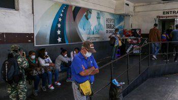Los pacientes usan mascarillas como medida preventiva contra la propagación del nuevo coronavirus en la entrada de la sala de Emergencias en el Hospital Dr. José María Vargas, en Caracas, Venezuela, el 17 de marzo de 2020.