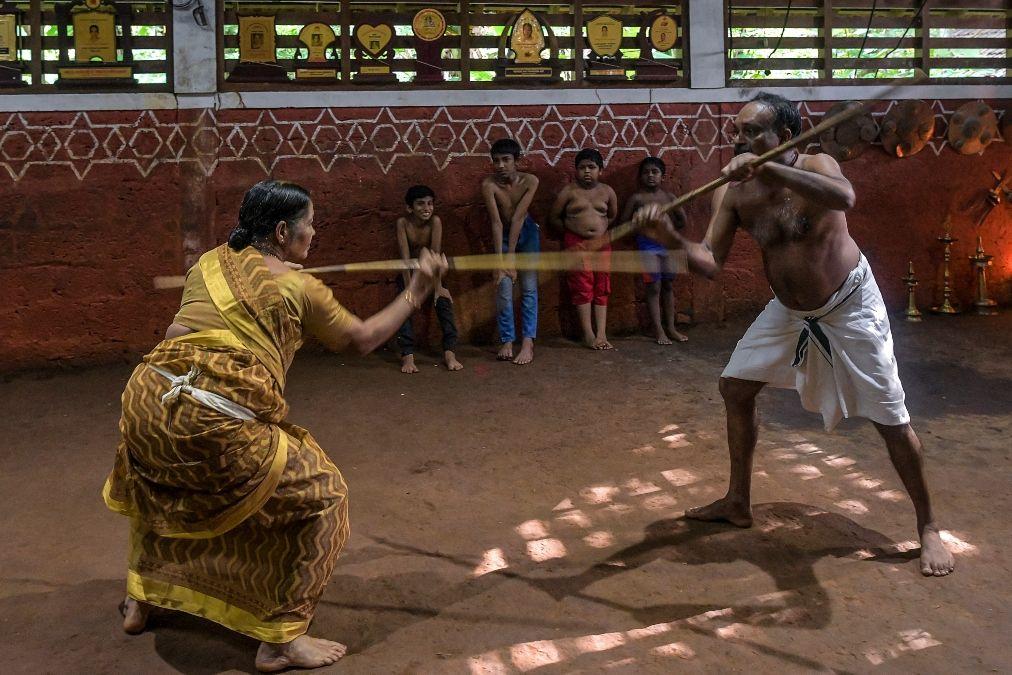 Esta fotografía muestra a Meenakshi Amma (izquierda) junto con su hijo Sajeev Kumar, practicantes y maestros de Kalaripayattu, un arte marcial tradicional originado en Kerala, en su escuela familiar.
