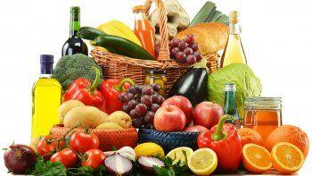 El mejor alimento para el cerebro son las grasas insaturadas como el omega 3 que se encuentra en pescados azules como el salmón, atún y sardinas. Aceite de oliva, de aguacate y de coco nueces, almendras, pistacho etc.
