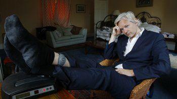 En esta fotografía de archivo del miércoles 15 de junio de 2011, se ve al fundador de WikiLeaks, Julian Assange, con tobillera electrónica en la casa donde debe permanecer, cerca de Bungay, Inglaterra. El presidente Andrés Manuel López Obrador celebró el lunes 4 de enero de 2021 que una jueza británica rechazara la solicitud de Estados Unidos de extraditar a Assange por cargos de espionaje y le ofreció asilo político y protección en México.