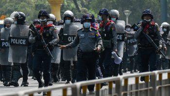 EEUU sanciona a dos militares de Birmania vinculados con el golpe tras el asesinato de manifestantes. En la foto la policía avanza hacia los manifestantes contra el golpe militar el 22 de febrero de 2021.