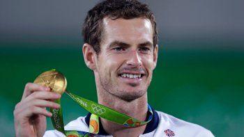 En esta imagen de archivo, tomada el 14 de agosto de 2016, el tenista británico Andy Murray posa con la medalla de oro en los Juegos Olímpicos de Río de Janeiro, Brasil