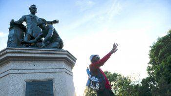 Un líder de protesta habla durante una pequeña manifestación en apoyo de la eliminación de la Estatua de la Emancipación en Lincoln Park en Washington, DC el 23 de junio de 2020.